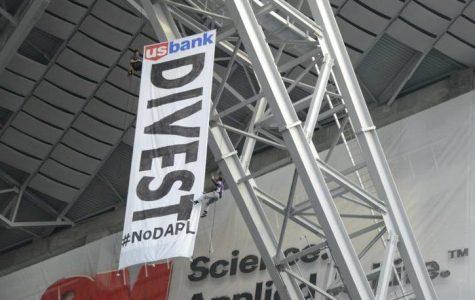 #NoDAPL protesters target US Bank at Vikings game